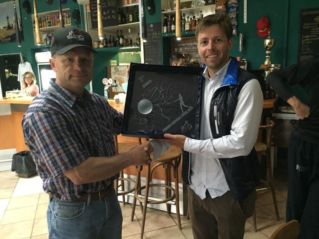Prague Baseball Week Organisator überreicht DBV-Sportdirektor Dirk Fries die Trophäe für den dritten Platz