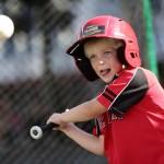 Junger Baseballfan beweist sein Können im Majestic Home Run Hitter während der MLB Roadshow 2014